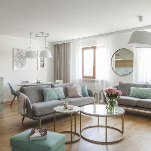 w salonie zestawiono lekkie wizualnie sofki na wysokich nóżkach. Projekt i zdjęcia MAFgroup