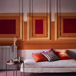 Ściana w salonie udekorowana przy użyciu farby Chalk Paint™ w kolorach Antoinette, Barcelona Orange oraz Emperor's Silk. Fot. Annie Sloan