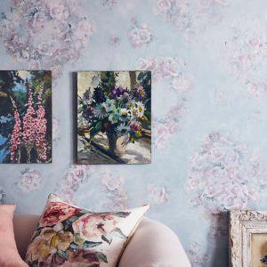 Efekt dekoracyjny na ścianie w salonie wykonany przy użyciu techniki decoupage oraz farby Chalk Paint™ w kolorze Svenska Blue. Fot. Annie Sloan