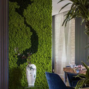 Ta strefa skrywa prawdziwą niespodziankę i marzenie każdego miłośnika roślin – ogromną dekorację wykonaną z żywego mchu, której kształt nawiązuje… do rodzinnego kraju mieszkańców. Projekt Tissu Architecture. Fot. Yassen Hristov