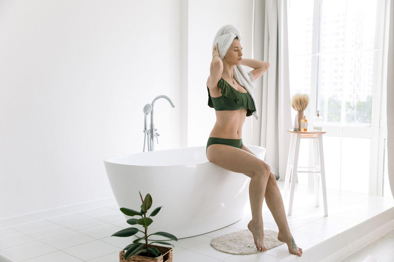 Kąpiel pod prysznicem, czy też w wannie jest jednym z najlepszych sposobów na relaks i radzenie sobie ze stresem. Fot. Sanplast