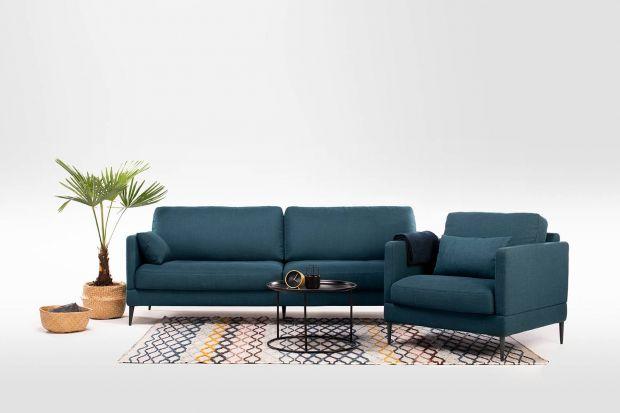 Ta kanapa może się podobać! Taki odcień niebieskiego to jeden z tegorocznych wnętrzarskich hitów. A dzięki tapicerowanemu tyłowi można ją postawić także na środku salonu! Zobaczcie ciekawą propozycję polskiej marki.