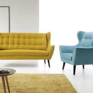 Trzyosobowa sofa Henry, pikowane oparcie i drewniane nóżki. Cena: od 2920 zł. Producent: Etap Sofa
