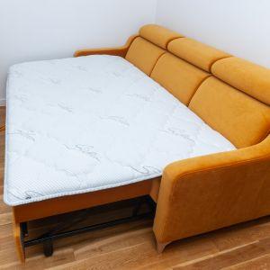 Topper wyrównuje powierzchnię spania, więc łączenia elementów rozłożonego mebla albo dekoracyjne guziki nie są wyczuwalne. Fot. MP Nidzica