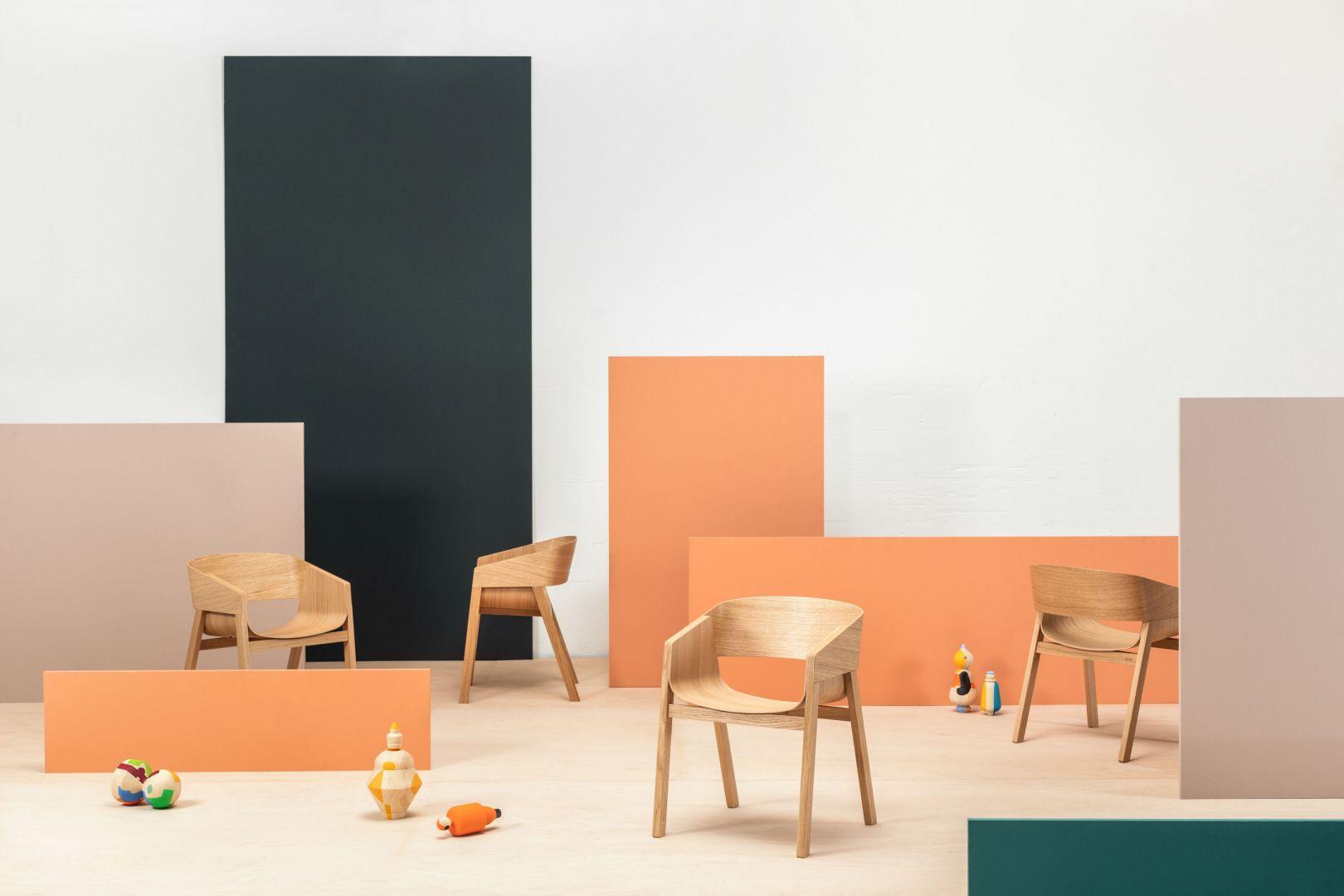 Merano to fotel łączący dwie formatki sklejki dębowej, skrzyżowane i wygięte w wygodne siedzisko osadzone w solidnej, drewnianej konstrukcji. Fot. Ton