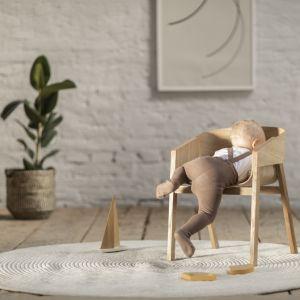 Fotel Merano w zmniejszonej wersji, kształtem i konstrukcją nawiązuje do klasycznego modelu. Fot. Ton