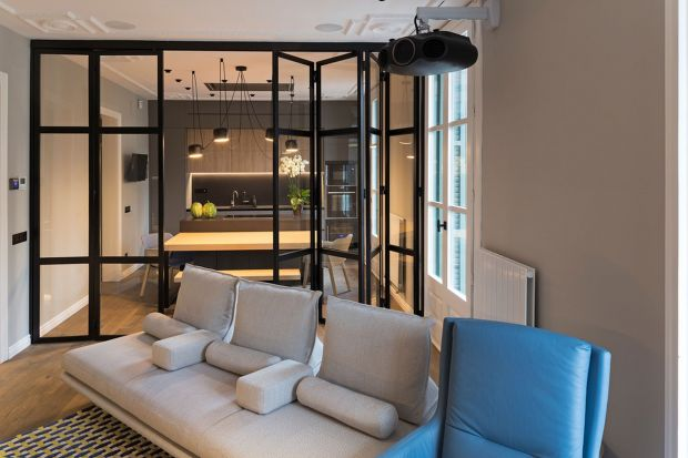 Nieustawny i niefunkcjonalny ponadstuletni dom na przedmieściach Barcelony trzeba było dostosować do współczesnych realiów i potrzeb osoby na wózku. Jak z tym zadaniem poradzili sobie architekci z pracowni Gokostudio? Zobaczcie!