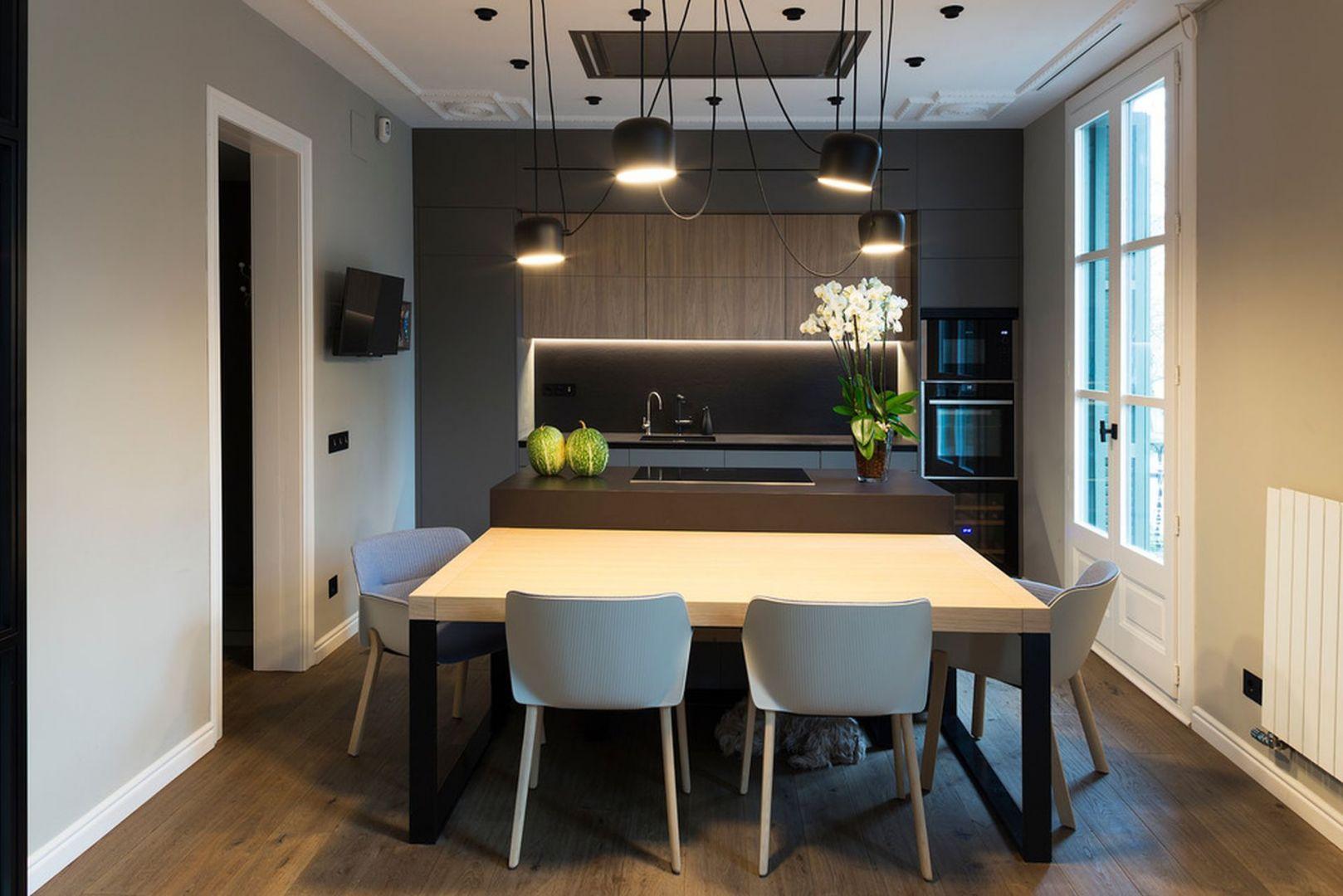W kuchni znalazła się wyspa kuchenna, przy której stanął stół. Projekt: Gokostudio. Zdjęcia: Valentin Hincû