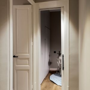 Po renowacji udało się wydobyć całe piękno wysokich sufitów i oryginalnej stolarki. Projekt: Gokostudio. Zdjęcia: Valentin Hincû
