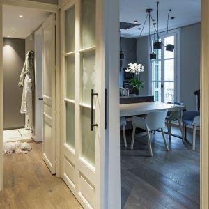 Mieszkanie przystosowano do potrzeb osoby niepełnosprawnej. Projekt: Gokostudio. Zdjęcia: Valentin Hincû