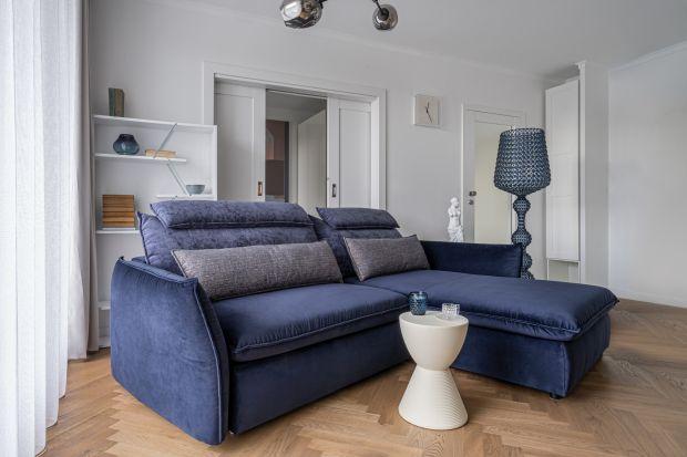 Jak wkomponować sofę w wystrój salonu? Nadesłane przez rodzimych architektów wizualizacje prezentują sugestie aranżacji z wykorzystaniem mebli wypoczynkowych.