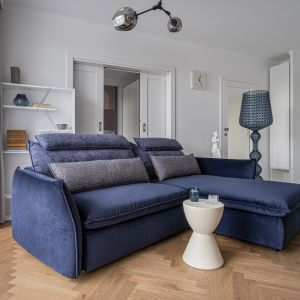 Granatowa sofa Merrida w stylowym wnętrzu. Fot. Gala Collezione