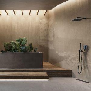 Ściany w łazience zdobi wzór Aromas z kolekcji GlamFusion. Fot. Glamora/Dekorian Home