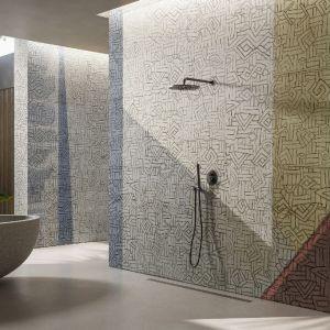 Ściany w łazience zdobi wzór Fontelina z kolekcji GlamFusion. Fot. Glamora/Dekorian Home