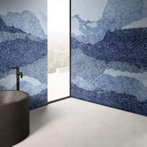 Ściany w łazience zdobi wzór Azur z kolekcji GlamFusion. Fot. Glamora/Dekorian Home