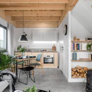 W małej przestrzeni dziennej jadalnia znajduje się pomiędzy salonem a aneksem kuchennym. Projekt: Raca Architekci. Fot. Fotomohito