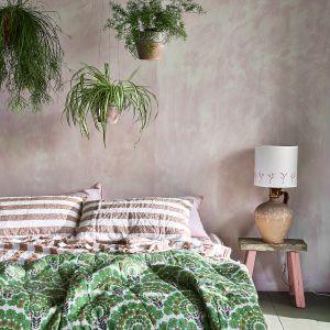 Efekt dekoracyjny na ścianie za łóżkiem wykonano przy użyciu farby Wall Paint w kolorze Antoinette oraz Chalk Paint™ w kolorach Old White, Scandinavian Pink, Olive. Fot. Annie Sloan