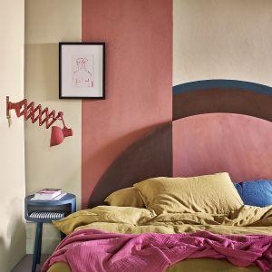 Ściana za łóżkiem wykończona farbami Wall Paint w kolorze Old Ochre oraz Chalk Paint™ w kolorach Honfleur i Scandinavian Pink. Fot. Annie Sloan