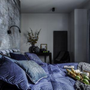 Ścianę za łóżkiem zdobi tapeta w modnych kolorach. Projekt Agnieszka Morawiec. Fot. Dekorialove