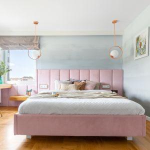 Ściany w sypialni utrzymano w pastelowej palecie barw. Projekt Weronika Budzichowska. Fot. Pion Poziom