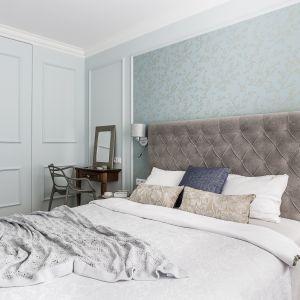 Ścianę za łóżkiem zdobi miętowa tapeta. Projekt Magma. Fot. Fotomohito