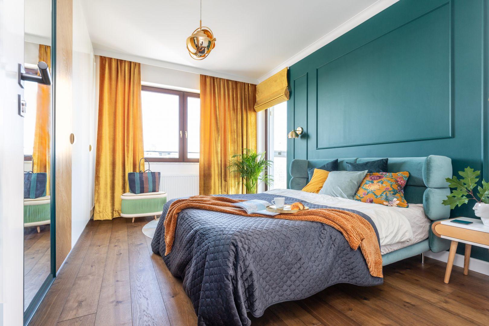 Ścianę za łóżkiem zdobi sztukateria pomalowana na kolor głębokiej zieleni. Projekt Joanna Rej. Fot. Pion Poziom