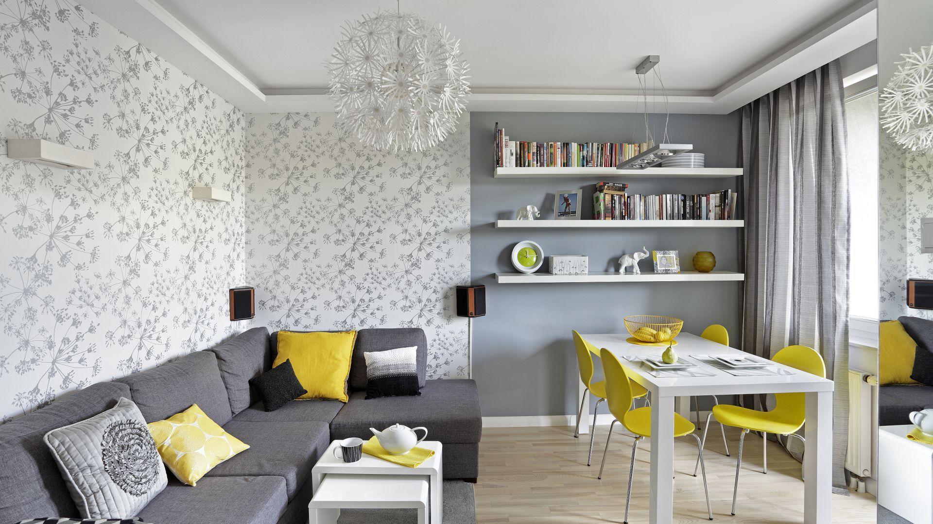 Żółte krzesła w duecie z białym stołem tworzą bardzo fajne zestawienie, które idealnie pasuje do strefy wypoczynkowej. Projekt: Ewa Para. Fot. Bernard Białorucki