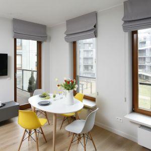 Miejsca na mały stolik i cztery krzesła zaplanowano przy telewizorze. Meble są lekkie i proste w formie nie zajmują więc dużo przestrzeni. Projekt: Ola Kołodziej, Ula Szmyt. Fot. Bartosz Jarosz
