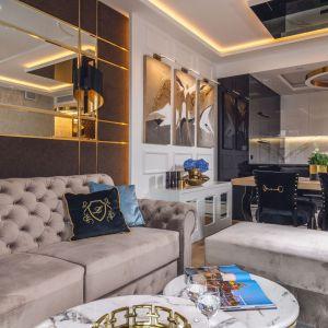 Jadalnia znajduje się w salonie. Wnętrze zaprojektowano zostało w stylu glamour. Jest jasne, eleganckie i bardzo przytulne. Projekt: Agnieszka Hajdas-Obajtek. Fot. Wojciech Kic