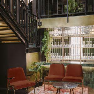 Produkcja legendarnego fotela 366 została wznowiona w 2014 roku przez markę 366 Concept Retro Furniture. Oprócz fotela, w serii 366 dostępne są współcześnie doprojektowane meble: fotel bujany, sofka, podnóżek, stoliki, lampka. Współczesny model 366 kosztuje od 2250 zł. Fot. 366 Concept Retro Furniture