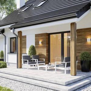 Drzwi balkonowe otwierają salon na taras i otaczający ogród. Projekt: arch. Michał Gąsiorowski. Fot. MG Projekt