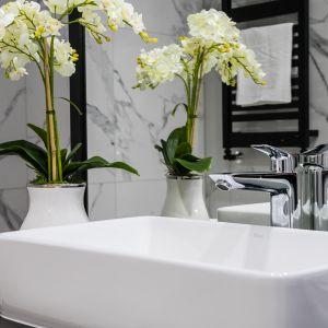 Roślinność pięknie ożywi wnętrze i nada mu świeżości na przykład w w łazience. Fot. Moovin Interiors