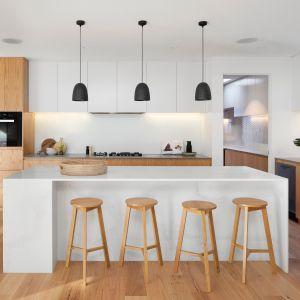Stół lub wyspa w kuchni z powodzeniem zastąpią nam biurko. Fot. Solgaz