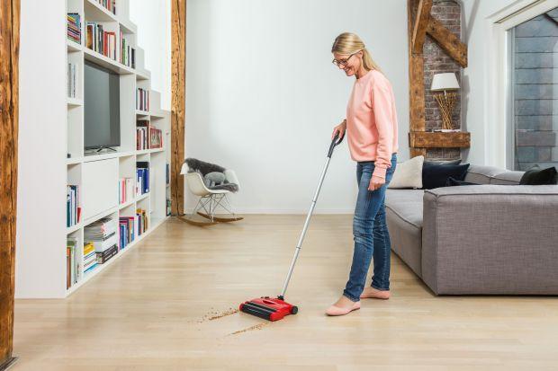 Zanim nadejdą święta, warto poświęcić czas na sprzątanie trudno dostępnych i często zapomnianych miejsc w domu, np. pod łóżkami i za sofą. Oto nasz przewodnik, jak sprawić, by Twój dom wyglądał lśniąco wtym sezonie.