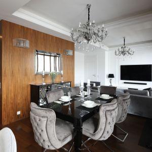 Takie samo dekoracyjne oświetlenie znajduje się w salonie i w jadalni nad stołem. Projekt: Katarzyna Mikulska-Sękalska. Fot. Bartosz Jarosz