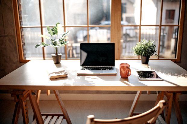 Miejsce do pracy jest równie ważne, co strefa odpoczynku – zwłaszcza, gdy zmuszeni jesteśmy pracować zdalnie. Podpowiadamy, jak zaprojektować i urządzić gabinet w domu tak, by home office byłefektywnyi przyjemny zarazem.