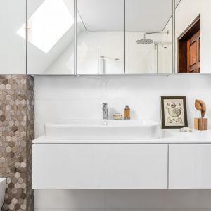 Płaska nablatowa umywalka, prosta szafka podumywalkowa w bieli oraz lustrzana szafka - taka łazienka jest ładna i wygodna. Projekt: Magdalena Bielicka, Maria Zrzelska-Pawlak, Pracownia Magma. Fot. Fotomohito