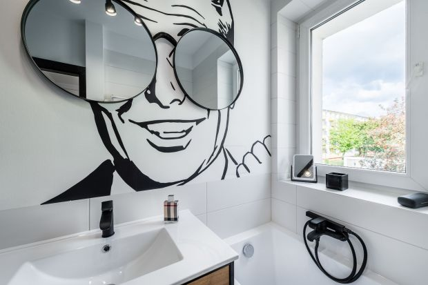 Co jest modne w łazienkach? Choć uniwersalna biel ciągle ma się dobrze, w aranżacjach coraz częściej pojawiają się wyraziste barwy, wśród których nie brakuje czerni. Uwagę przyciągają też efektowne dekory 3D. Wciąż na czasie są odniesie