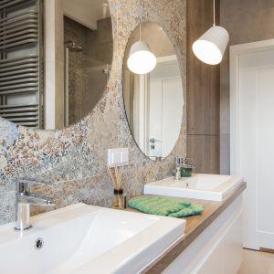 Rozbudowana strefa umywalki w wygodnej łazience - dwie duże umywalki, duży drewniany blat, pojemne szafki. Projekt: KODO Projekty i Realizacje Wnętrz