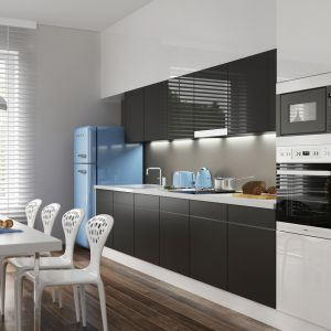 Nowoczesna kuchnia jednorzędowa w salonie połączonym z jadalnią. Górne szafki w połysku, dolne matowe. Fot. Komandor