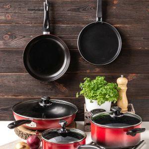 W każdej kuchni przydadzą się: garnek z pokrywką (49 zł), rondelek z pokrywką (22 zł), patelnia z pokrywką (32 zł), a także patelnia do naleśników (16 zł) oraz forma do pieczenia (14 zł).