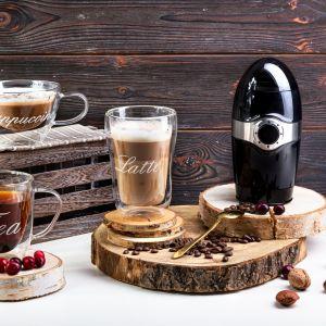 Czas spędzony w kuchni podczas przyrządzania posiłków warto uprzyjemnić sobie łykiem gorącej kawy lub herbaty.
