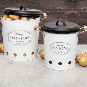 Z pewnością przydadzą się też metalowe wiadra z pokrywką na ziemniaki (39 zł) oraz cebulę (29 zł), które spełnią również funkcję dekoracyjną.