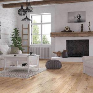 We wnętrzach w stylu eko sprawdzi się podłoga z drewnianym wzorem. Fot. RuckZuck