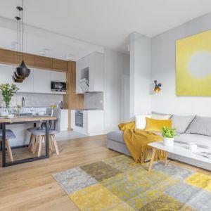Podłoga z rysunkiem drewna harmonizuje z zabudową kuchenna w zbliżonej tonacji. Projekt i zdjęcia: Renata Blaźniak-Kuczyńska, Renee's Interior Design