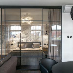 W ostatnich latach w wielu domach zgodnie z modą na otwarty plan znikały ściany działowe i drzwi wewnętrzne, co optycznie powiększało przestrzeń. Dziś okazuje się, że oddzielenie choćby sypialni od salonu jest koniecznością. Projekt: SMart Studio. Fot. Tom_Kurek