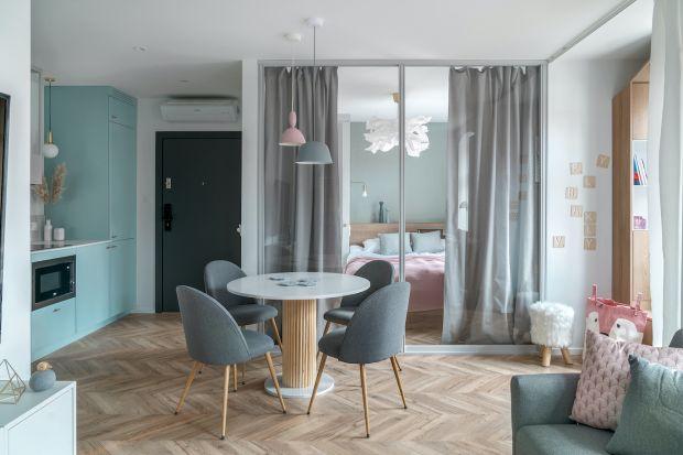 Nowoczesne systemy szklanych ścianek i drzwi to świetny pomysł na podział wnętrza. Przydadzą się szczególnie teraz, gdy coraz więcej pracujemy w domu.