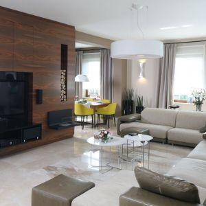 Ścianę z telewizorem zabudowano w drewnie. Projekt Katarzyna Koszałka. fot. Bartosz Jarosz