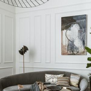 Ścianę za kanapą w salonie zdobi piękna, białą sztukateria oraz obrazy. Projekt: Monika Goszcz-Kłos.. Fot. Yassen Hristov