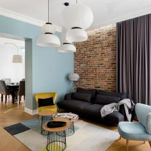 Ścianę za kanapą w salonie zdobi oryginalna cegła rozbiórkowa. Wygląda super w połączeniu z niebieską ścianą. Projekt: Anna Maria Sokołowska. Fot. Paweł Mądry